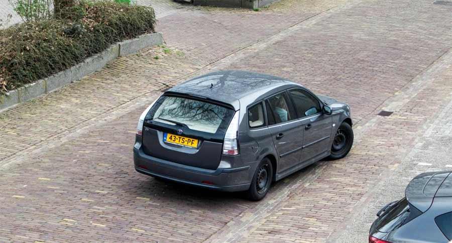 Mark Rutte in his Saab 9-3 Wagon