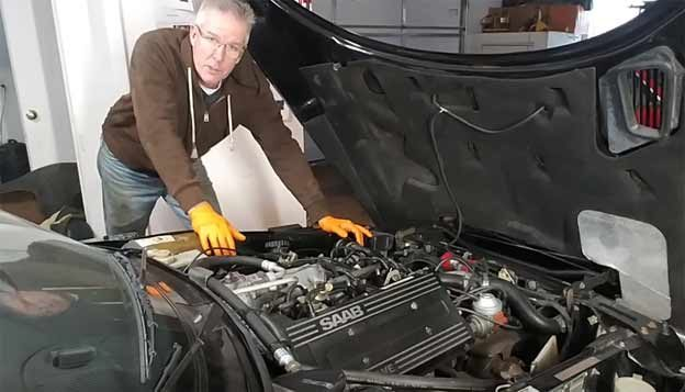 Lee Kelso Explore how the Saab 900 transmission is unusual and see the condition of the oil pan after 160,000 miles