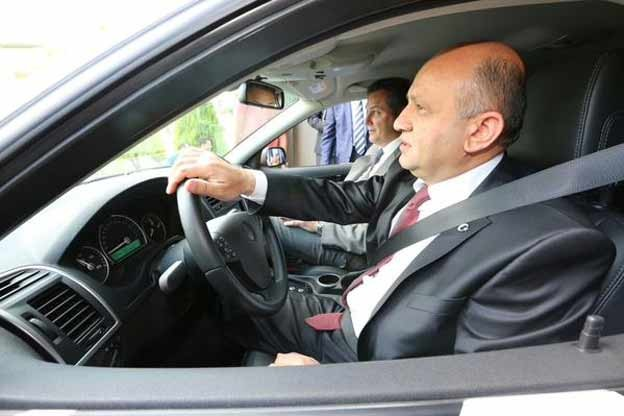 Minister Fikri Isik in saab-prototype of future domestic car