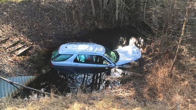 Saab 9-5 ends up in canal